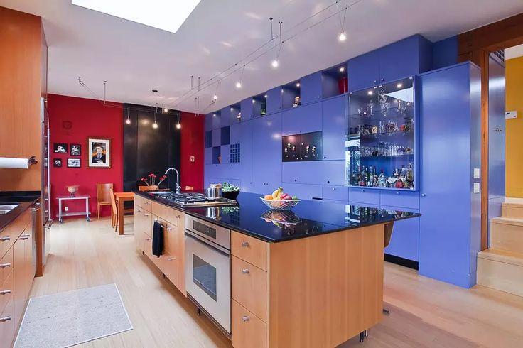 Cucina moderna in legno e bianco, blu e rosso - isola centrale con piano lavoro in marmo nero