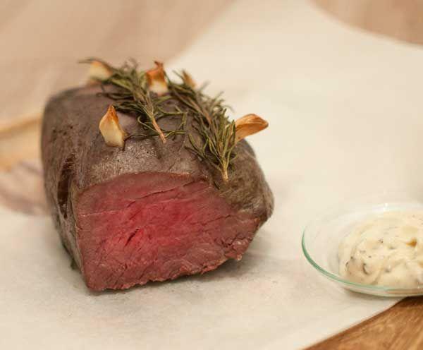 Rosbief met rozemarijn en knoflook uit de oven; ideaal als je voor meerdere personen kookt. Lekker met gepofte krieltjes of vers brood.