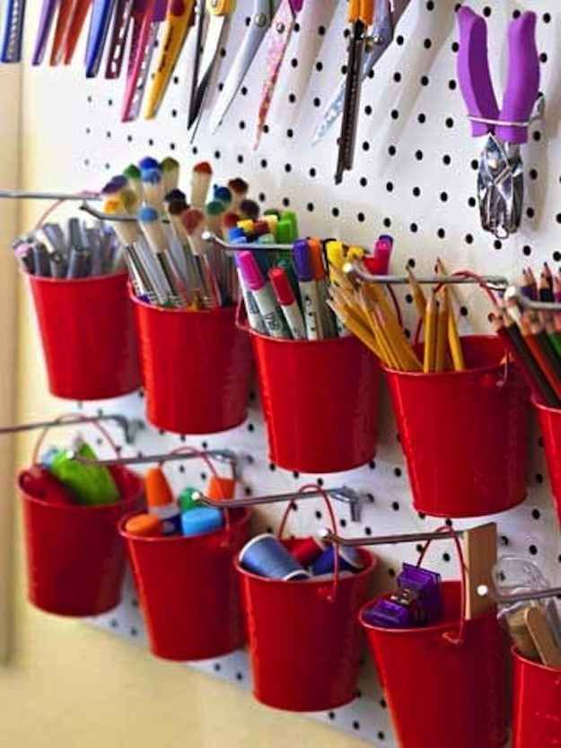 Usa un tablero con clavijas para colocar cubetas como una interesante solución de almacenamiento... | 45 trucos para organizar y transformar tu habitación de manualidades