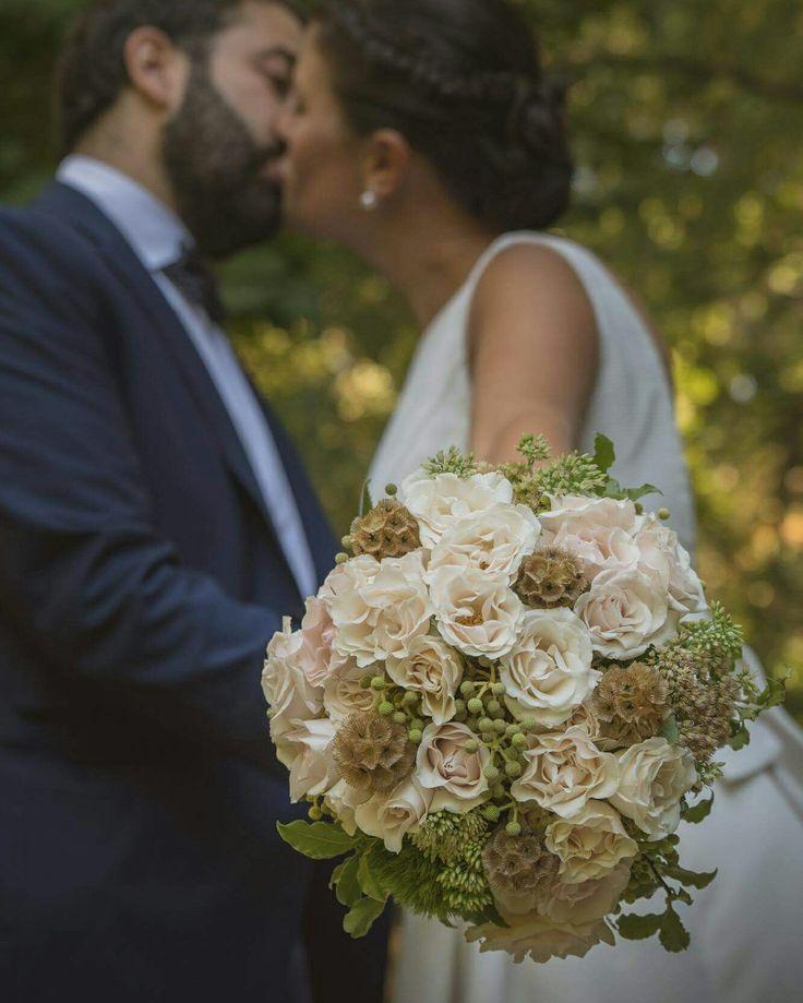 Ramo de novia en blancos y verdes, elegante con un toque rústico