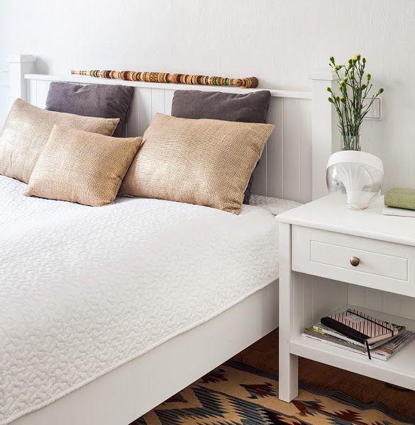 Biała sypialnia. Stolik nocny. Foto: Marcin Czechowicz, stylizacja Marynia Moś; publikacja M jak Mieszkanie. Projekt:http://tryc.pl  #bedroom #white #bed #nighttable #bed #sypialnia #stoliknocny #biała #projektowaniewnętrz #interiordesign