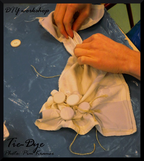 Tie-dye w/ buttons - Textiel verven: knopen knopen #Tiedye