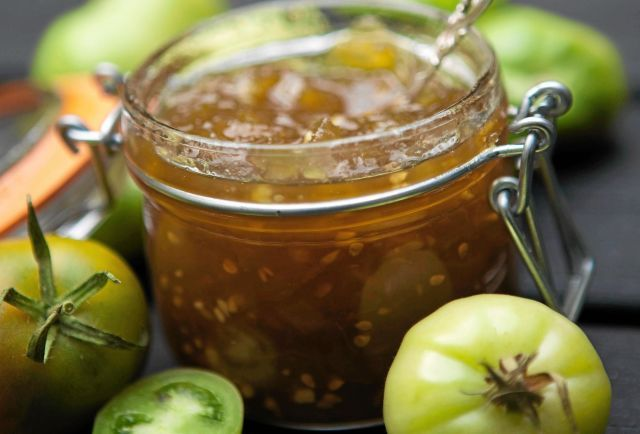 Grön tomatmarmelad är gott till kött men även till eftermiddagsteet och ostbrickan.