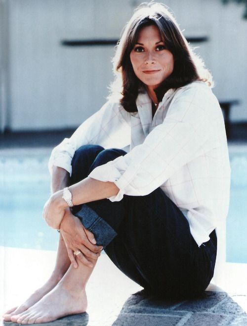 Kate Jackson was originally cast as Kelly Garrett (the role which ultimately went to her co-star Jaclyn Smith).
