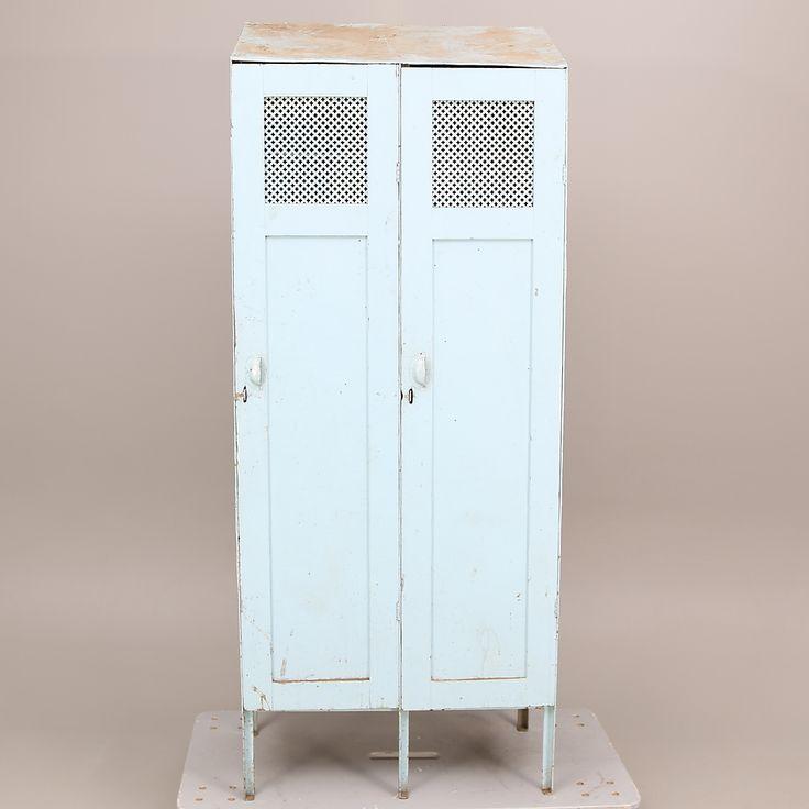 Bilder för 442935. KLÄDSKÅP, plåt, pardörrar i trä, ljusblå/grå, 1930-tal. – Auctionet