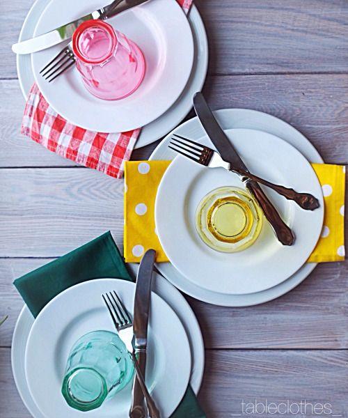 #ГардеробСтолаРекомендует - белые тарелки Если собираетесь приобретать новые тарелки, то обратите свое внимание на простые белые без рисунка либо с нейтральным рельефным рисунком. С такими тарелками отлично сочетается любой текстиль, плюс на них всегда хорошо смотрится любое блюдо: от стейка с зеленым салатом до штруделя с шариком мороженого.