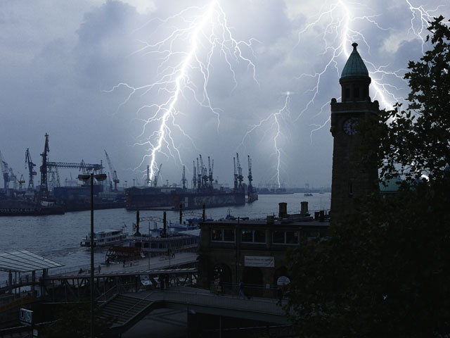 """""""Hot NEWS Blog - We are Blog!  Gewitter Hamburg"""" auf das """"Alles rund um Hamburg""""-Board gepinned von der Werbeagentur www.BlickeDeeler.de"""