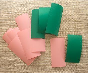 Como fazer forminhas de docinhos     A partir de quadrados com 14cm de lado prepare 8 retângulos para as pétalas e 4 para as folhas. É só dobrar cada quadrado ao meio e cortar, assim um quadrado rende duas partes. Eu usei papel Colorplus.