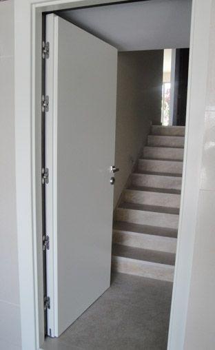 Puerta a medida acceso a escalera