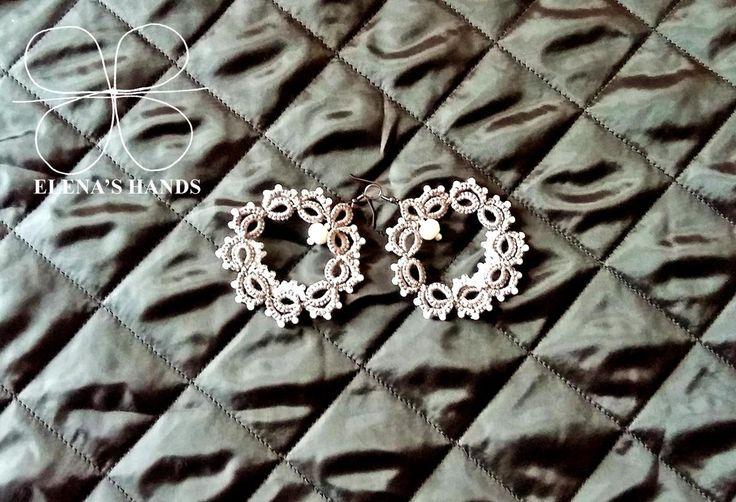 Orecchini a #chiacchierino con perline bianche #handmadejewelry #elenashands