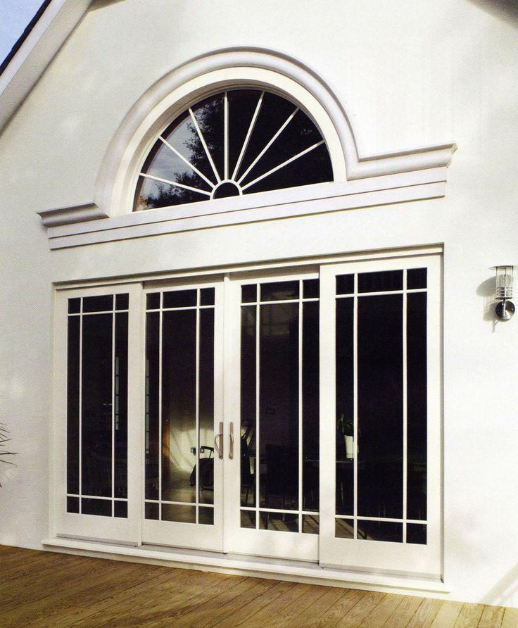 Ventanal con puerta de acceso y elemento decorativo en forma de arco de medio punto.