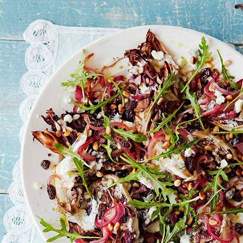 Dit gerechtje is licht pittig, maar tegelijkertijd zacht van smaak. Dat komt door de aubergine, die van nature een hele neutrale smaak heeft. Maar verhit je 'm dan krijgt het een heerlijke rooksmaak. Zalig in combinatie met frisse granaatappelpitjes en...