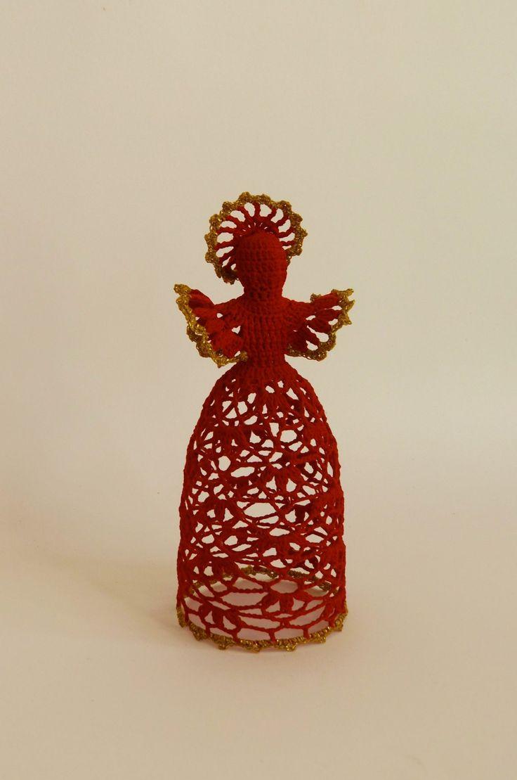 Nagyon egyedivé tehetjük karácsonyfánkat ezzel a horgolt angyalka dísszel, de akár szeretteinket is meglephetjük egy ilyen kézműves ajándékkal.