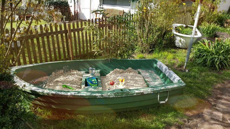 Altes Boot wird zum Sandkasten