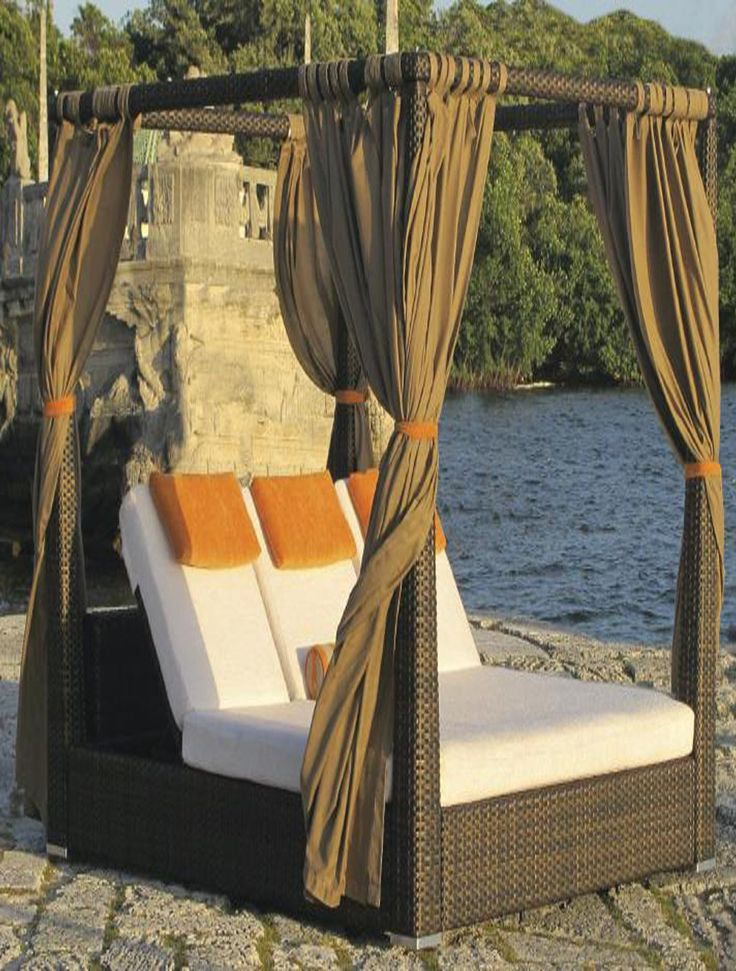 Magnificient  Wicker Poolside Bed