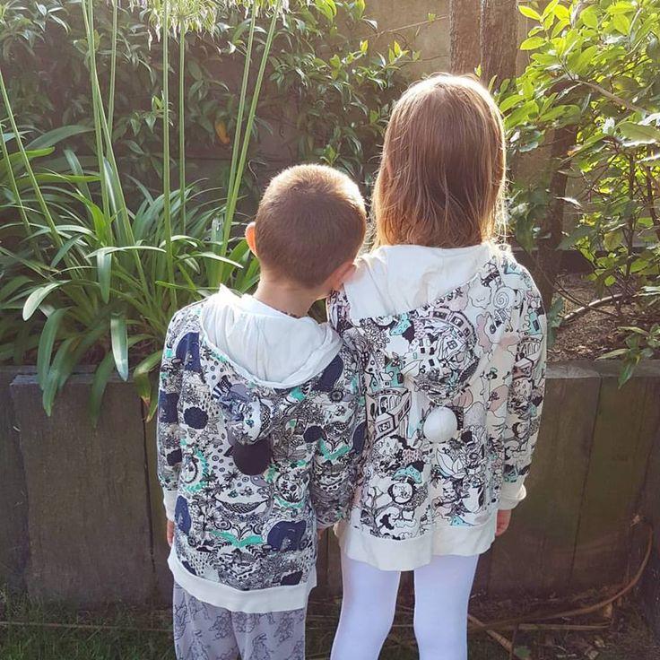 Bientôt le week-end en famille, en profiter pour se ressourcer comme cette soeur et son frère. Ils portent les vestes In the garden et Valley de Aarrekid  En vente sur ELOisBIO 📷 eloisbio