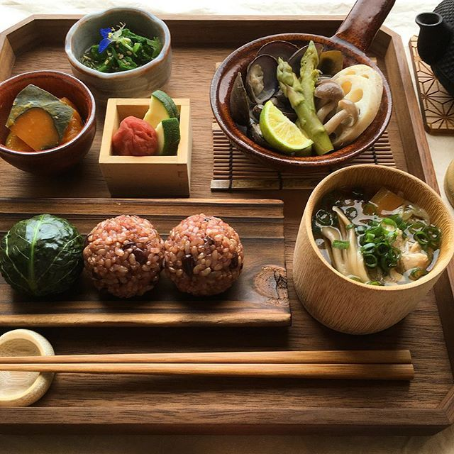 Unpolished rice balls, miso soup with chicken and vegetables, kelp-steamed corbicula and vegetables,boiled radish leaf and Mekabu