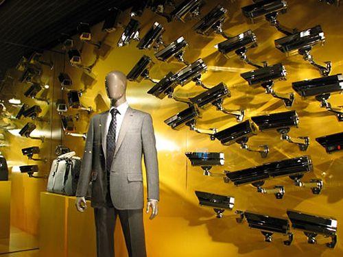 store window Todos le vigilan, todos le quieren ... Muy buena idea con las camaras de vigilancia!