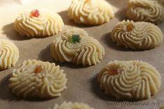 La ricetta dei pasticcini alle mandorle (di vera pasta di mandorla siciliane), quelli morbidi e profumati. Di mandorla ma anche di arancia.