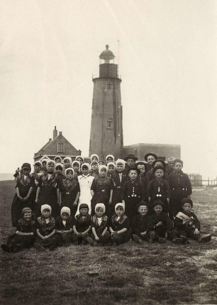 Klederdrachten : Tijdens een bezoek van Koningin Wilhelmina aan Urk poseert een grote groep kinderen in klederdracht bij de vuurtoren. 1921 #Urk