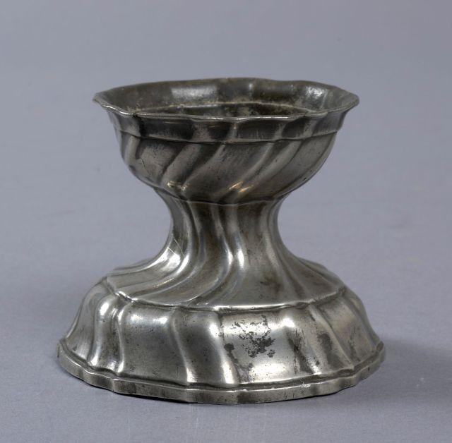 ALLEMAGNE - Saleron en étain. XVIIIème siècle. Haut.: 7,2 cm. ==> https://www.artcurial.com/en/lot-allemagne-saleron-en-etain-xviiieme-siecle-haut-72-cm-joint-une-mesure-haut-7-cm-2421-2