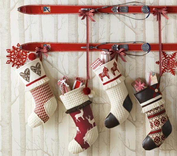original-décoration-ural-avec-de-ski-et-des-choussettes-de-lenne