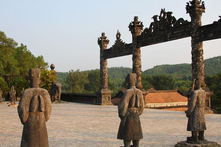 Um passeio de barco em Hué para visitar os três túmulos dos imperadores do Vietname e um pagode. Uma viagem com almoço a bordo.
