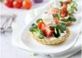 Tartelette aux fromages frais, tomates cocktail et mâche