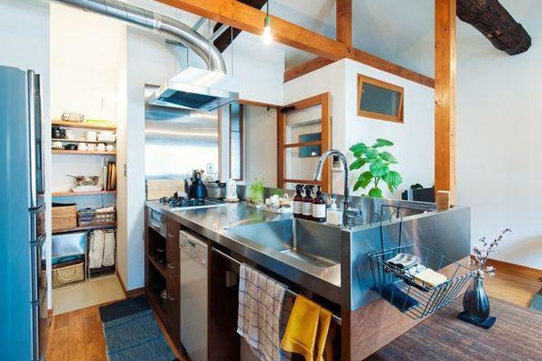 天板より上部をステンレス仕上げに。ツートーンでキリリとしたキッチン。