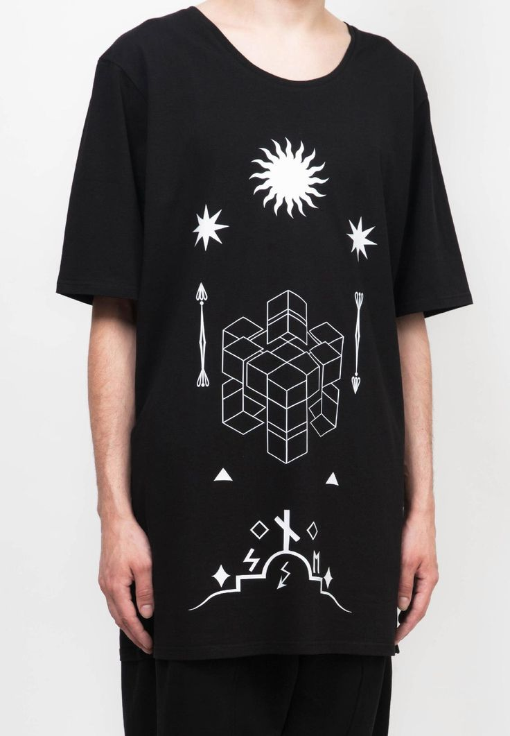 Удлиненная футболка с принтом  Мужское Графические иероглифы MAGNETIC WEAR не имеют конкретного сакрального смысла...  Все элементы призваны не нести точное значение, но давать массу вариантов для расшифровки - и каждый находит собственный!  90% хлопок 10% лайкра One size (длина 90 см, ширина 53 см)