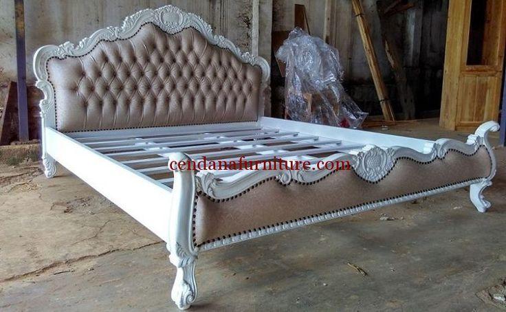 Tempat Tidur Kombinasi Busa Putih memiliki tampian cantik dengan design semi minimalis terbuat dari kayu jati, dipan yang kuat dan kokoh.