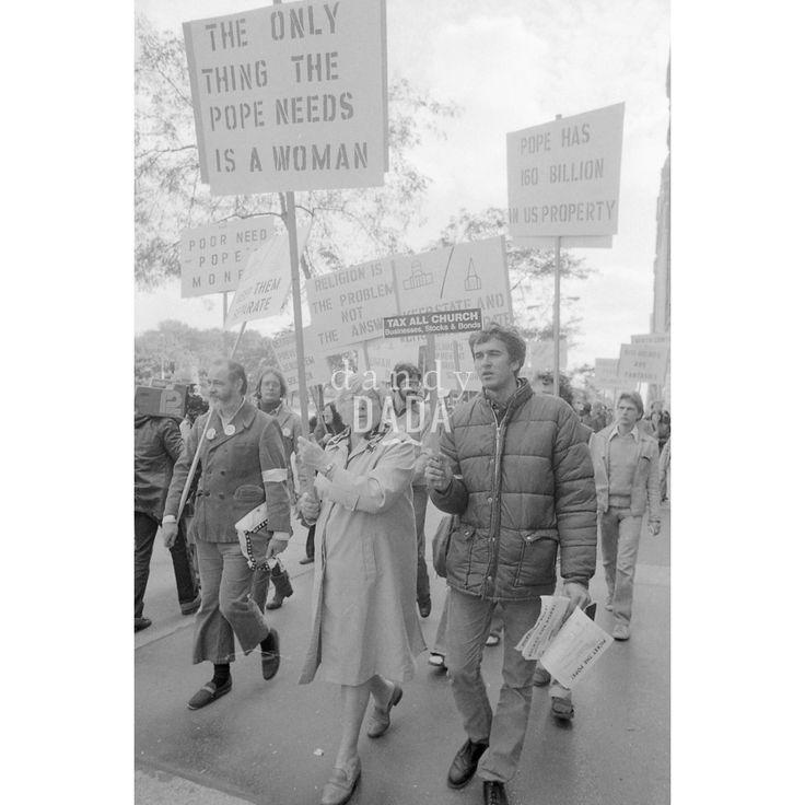 """#Atheist Demonstration III Chicago 1979; il rapporto con la Chiesa cattolica negli Stati Uniti è sempre stato turbolento. Durante la visita alla cattedrale """"Holy Name"""", il santo padre Giovanni Paolo II è stato contestato da un gruppo di atei."""