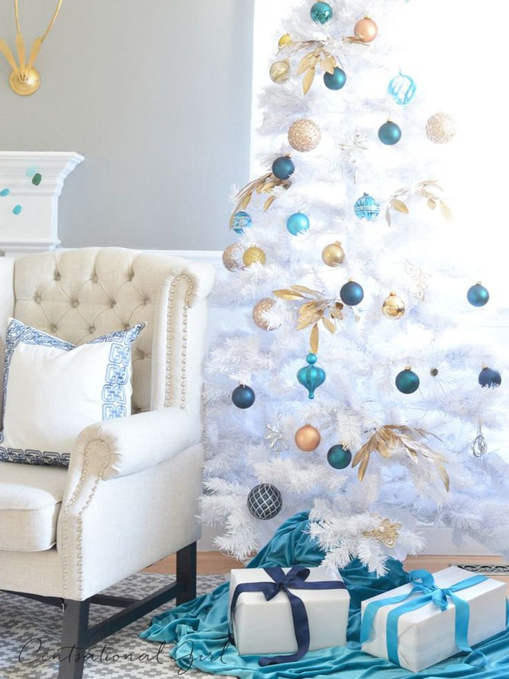 Sapin blanc et bleu pour une déco de Noël en esprit d'hiver