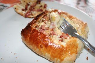 Feuilleté de camembert en fondue aux lardons et pommes frites