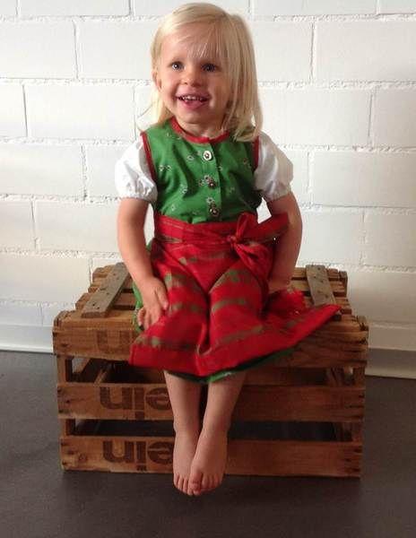 Mädchendirndl, grün geblümt mit roter Schürze von piapaul. auf DaWanda.com