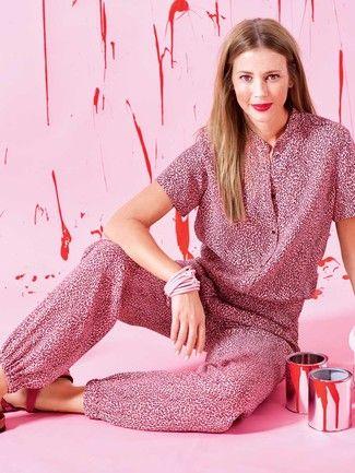 Das Blusenoberteil des Overalls im Animal-Print schmückt sich mit Schulterriegeln und Knopfleiste, die Hosenbeine werden durch einen Gummizug gebändigt.
