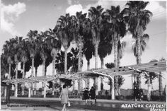 Mersin .... Eski Mersin'den mükemmel bir kare...1960 lar Mersin Atatürk caddesi vali konağı önü... Günümüzdeki Cumhuriyet alanı...