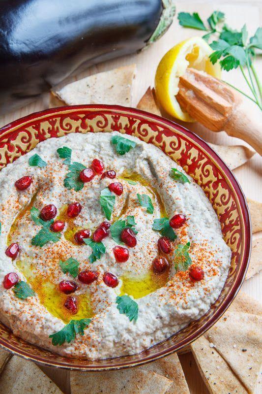 中東で広く食べられている「ババガヌーシュ」。とろっとろの焼きなすにタヒニやレモンを加えたこくのあるペーストです。フラットブレッドにたっぷり付けてお召し上がりください!!栄養も満点で、朝食にもおすすめですよ!