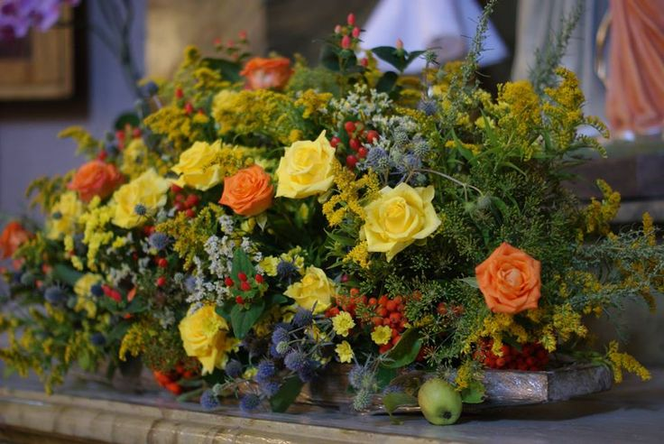 dekoracje florystyczne kościoła