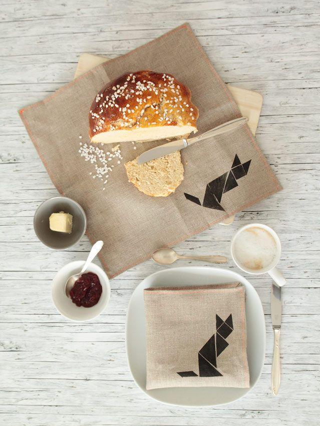 DIY: Bestempelte Leinenservietten. Oder: Auf 'nen Kaffee mit zwei Tangram-Füchsen.