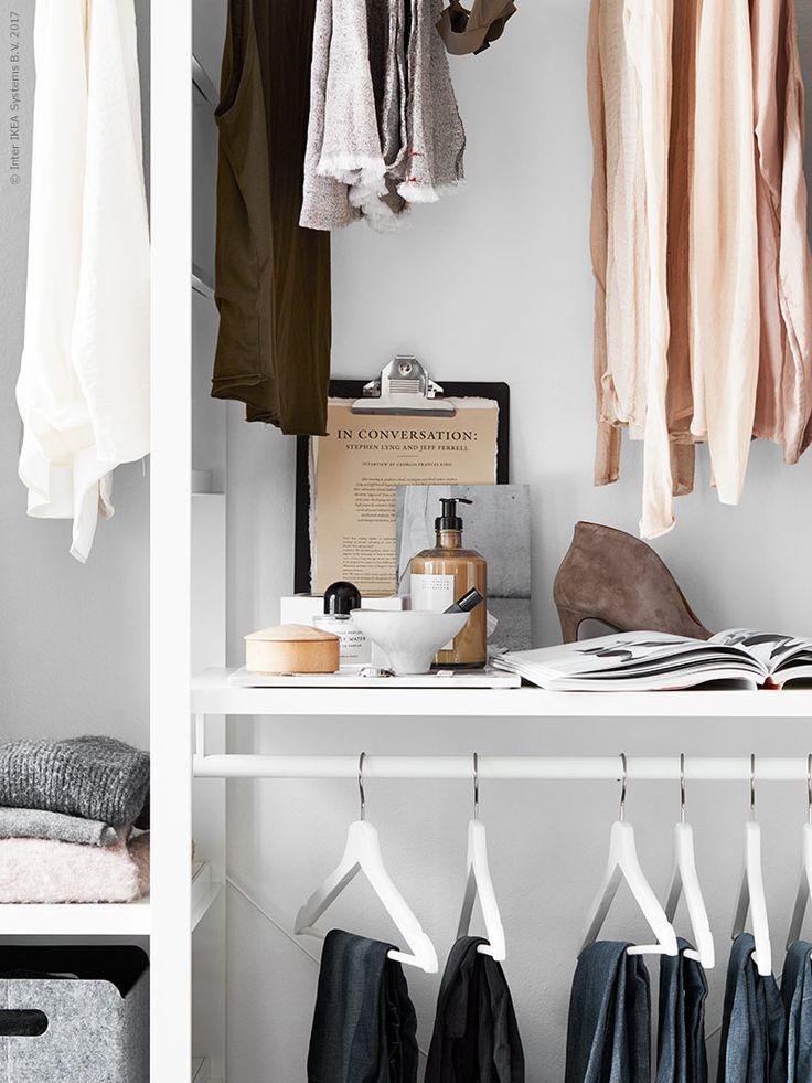 Ett enkelt stylingtips är att organisera ett stilleben som ett inspirerande blickfång på en hylla. Kläm fast din modemässiga stilinspiration på VÄLBEKANT skrivplanta.