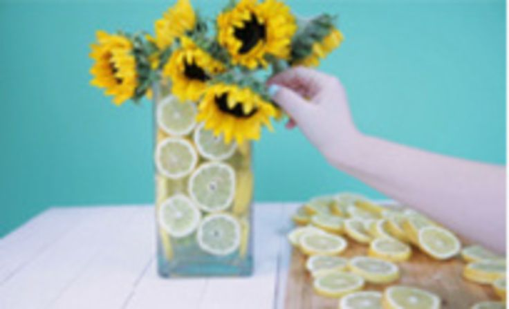 How to Make a Lemon Vase: Here's a cute and simple way of spicing a flower arrangement. Perfect for the summer!