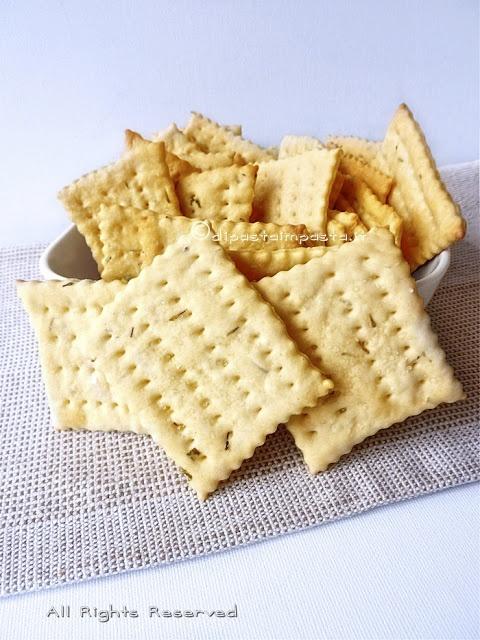 Crackers alle erbe con lievito madre e olio extravergine d'oliva