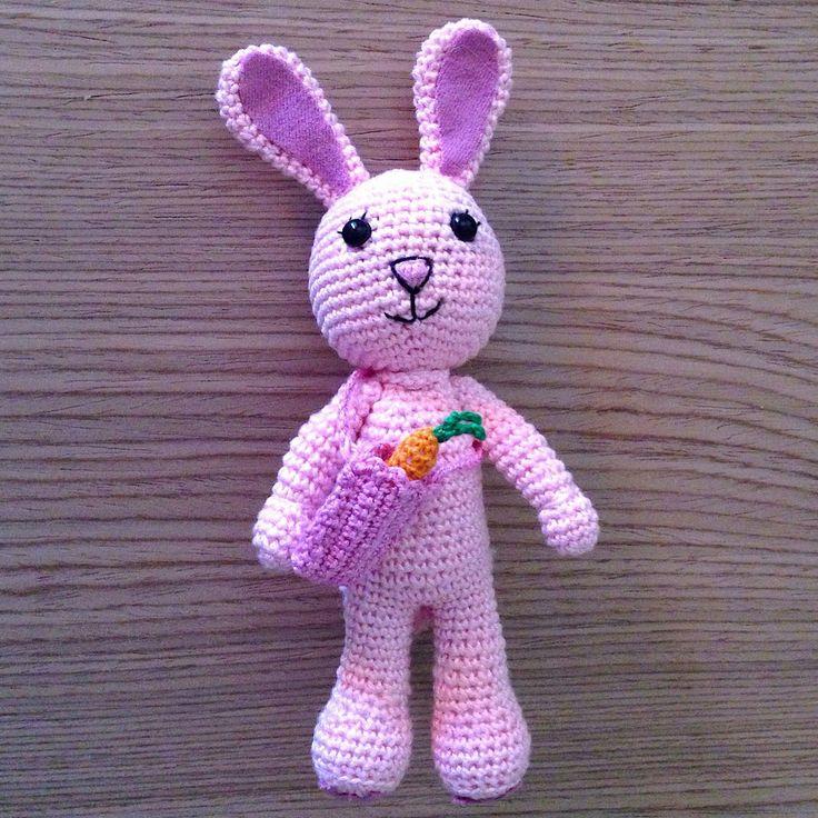 Coniglietta rosa amigurumi con borsetta e carota, fatta a mano all'uncinetto, by La piccola bottega della Creatività, 29,90 € su misshobby.com