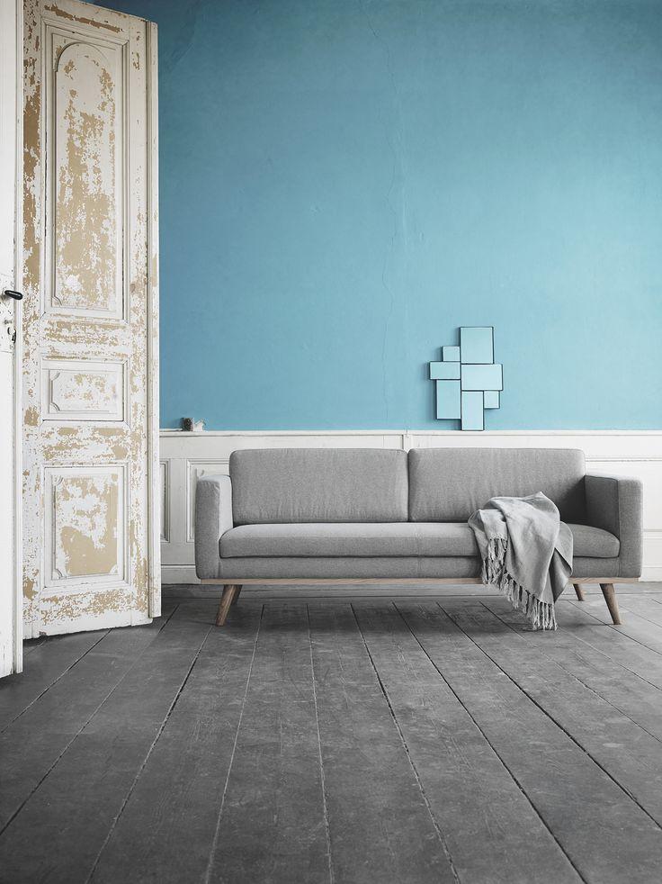 Johan heeft een prachtige wollen stof. Deze grijze variant staat heel mooi voor een fel blauwe muur! #Sofacompany