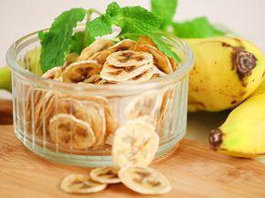 Gesunde Knabberei aus dem Ofen: Bananenchips sind ein leckerer Snack für zwischendurch. Um sie selber zu machen, braucht man nicht mehr