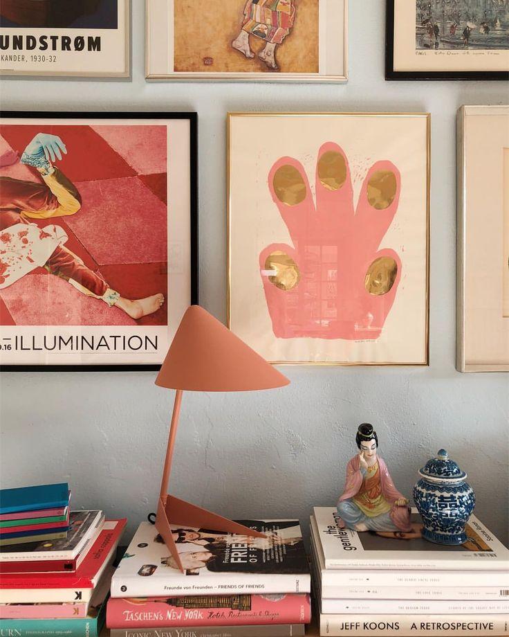 Reklame for @warmnordic ❤️. Jeg har skrevet om farverig indretning på bloggen, og vist hvor smukt denne lampe fungerer både i stuen og på…