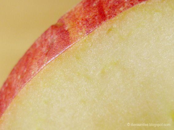 Die Raumfee braut Ingwer-Zimt-Apfel-Honigtee als Zaubertrank gegen Erkältungen und versucht sich in Wunderheilungen...