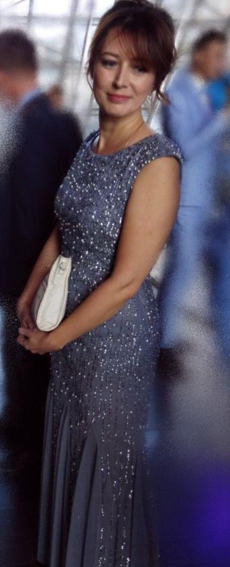Пайетки и жемчуг  умеренно разбросанные по платью  строгого  силуэта - деликатно подчеркивают торжественность обстановки. Искусство быть уместным - одно из украшений взрослого человека.  #DressRentMoscow #прокатплатьев #арендаплатьев #платьенапрокат #вечернееплатье #пастельноеплатье На Татьяне   платье #AdriannaPapell прокат 5000 руб. на три дня, залог 5000 руб. Размеры 44, 48 и 50 РФ ( 6, 14, 16  USA; S, L и XL )