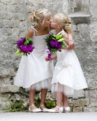 2 mooie bruidsmeisjes. Bruidsmeisje, bruidsjonker, bruidskinderen, trouwen, bruiloft, huwelijk. www.bruidsmodemariska.nl